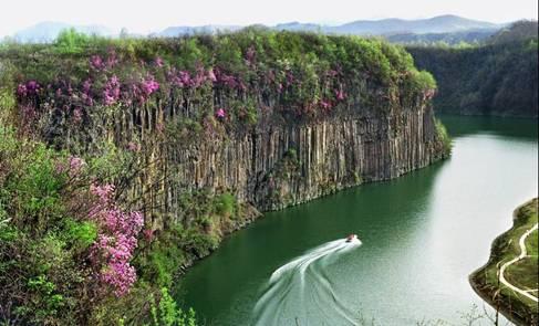 黄椅山火山森林公园位于宽甸满族自治县县城西郊